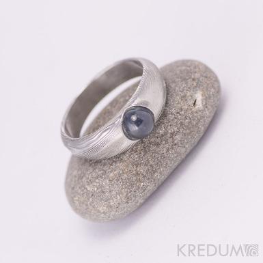 Siona a safír kabošon - Kovaný snubní prsten damasteel, struktura dřevo, lept 75% světlý
