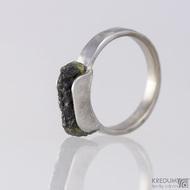 Kovaný nerezový snubní prsten - Kousek s vltavínem
