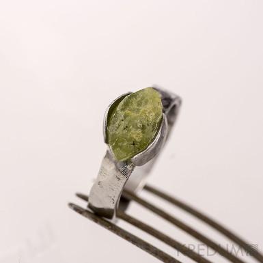 Kovaný nerezový prsten - Kousek s olivínem II - velikost 53,5