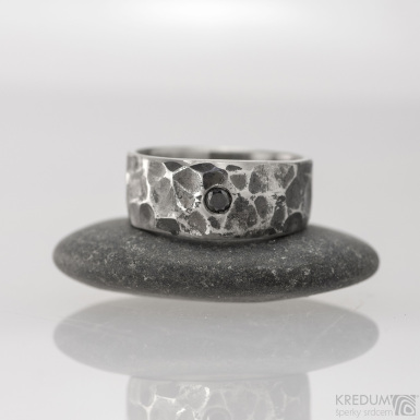 Kovaný snubní prsten - Draill s černým diamantem, vel. 54