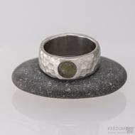 Kovaný nerezový snubní prsten - Klasik Maro a kámen - celková šíře 7 mm