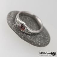 Zásnubní prsten damasteel - Královna natura a kabošon granát, struktura dřevo, lept 100% tmavý - šířka u kamene 7 mm, do dlaně 4 mm