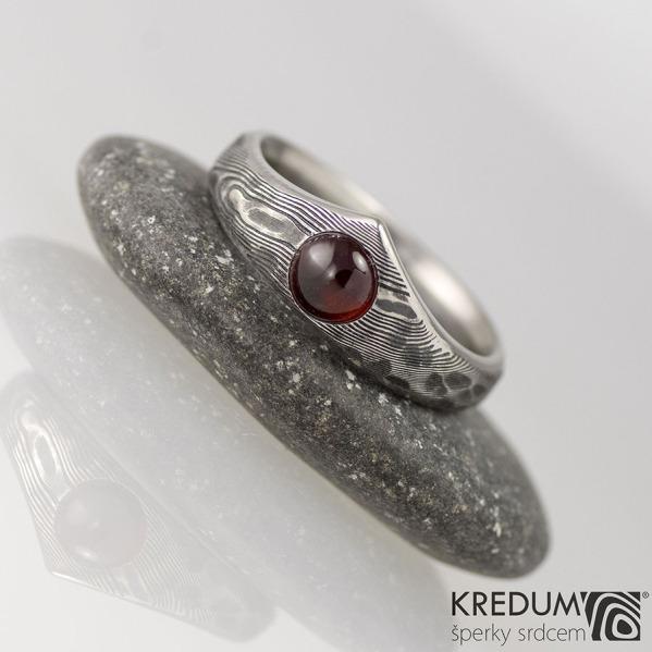 Zásnubní prsten damasteel - Královna natura a kabošon granát (cca 4,5 mm), struktura dřevo, lept 100% tmavý - šířka u kamene 7 mm, do dlaně 4 mm