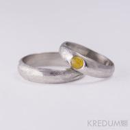 Snubní prsten nerezová ocel damasteel - Prima a kámen naturál - jantar, struktura dřevo
