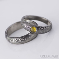 Snubní prsten nerezová ocel damasteel - Prima a jantar, struktura dřevo