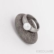 Kovaný prsten damasteel - Liena s pravou perlou - voda