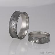 Kovaný snubní prsten se žlábkem ocel damasteel - Collium - dřevo - ilustrační dámský s diamantem 1,5 mm