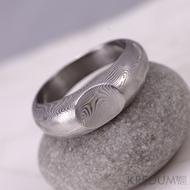 Výrazný kovaný prsten ocel damasteel - MOJMÍR - dřevo, lept 75%, zatmavený
