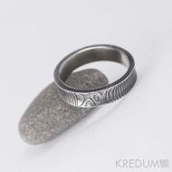 Kovaný snubní prsten se žlábkem ocel damasteel - Collium - čárky