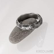 Natura - damasteel čárky, prsten hrubě leptaný, profil půlčočka