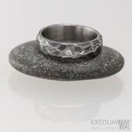ROCKSTEEL a čirý diamant 1,7 mm - struktura dřevo, lept 75% - zatmavený - Kovaný snubní prsten damasteel
