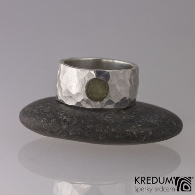 Silver Draill a vltavín - tepaný snubní nebo zásnubní stříbrný prsten, kámen s přírodním povrchem