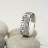Omar - Kovaný damasteel prsten - velikost 58, šířka hlavy 6,7 mm, do dlaně 4,3 mm, struktura dřevo - lept 75% TM - S1375 (4)