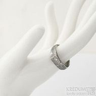 Omar - Kovaný damasteel prsten - velikost 58, šířka hlavy 6,7 mm, do dlaně 4,3 mm, struktura dřevo - lept 75% TM - S1375
