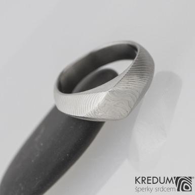 Kovaný snubní -zásnubní prsten damasteel - GRADA, čárky  - velikost 52, šířka od 4,5 do 6,5 mm