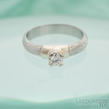 Prima Madame a diamant 4 mm v bílém zlatě - Kovaný zásnubní prsten damasteel - struktura dřevo, lept 75% světlý, profil A, velikost 55, šířka 3,8 mm, tloušťka 1,4 mm