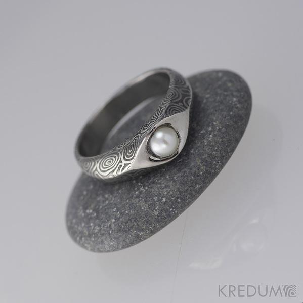 Kovaný prsten damasteel s pravou perlou - Gracia - kolečka