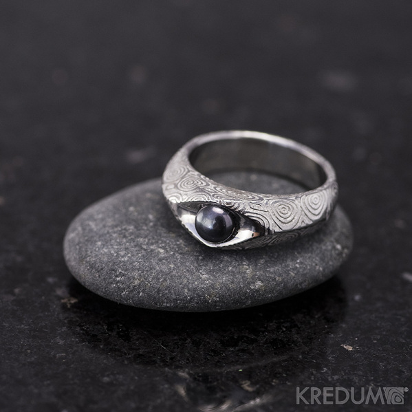 Kovaný prsten damasteel s pravou ČERNOU perlou - Gracia - kolečka