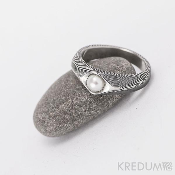 Kovaný prsten damasteel s pravou perlou - Gracia - dřevo - velikost 54, šířka 6,5 / 4 mm, lept 75% zatmavený a přeleštěný