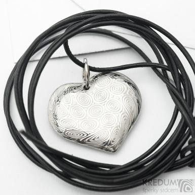 Romantický přívěsek ve tvaru srdce ručně kovaný z nerez oceli damasteel