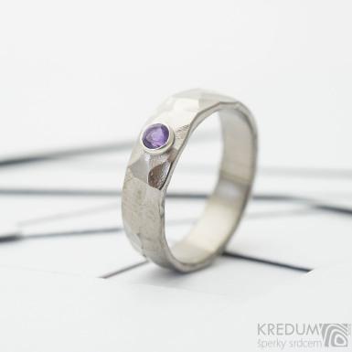 Kovaný titanový zásnubní prsten -  Draill a broušený ametyst vsazený do stříbra - lesklý, sk3702