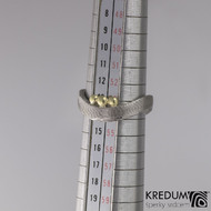 Kovaný nerezový snubní prsten damasteel - FOREVER a zlatá ozdoba, velikost 53,5