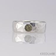 Kovaný nerezový snubní prsten - Draill světlý a kámen natural (vltavín)