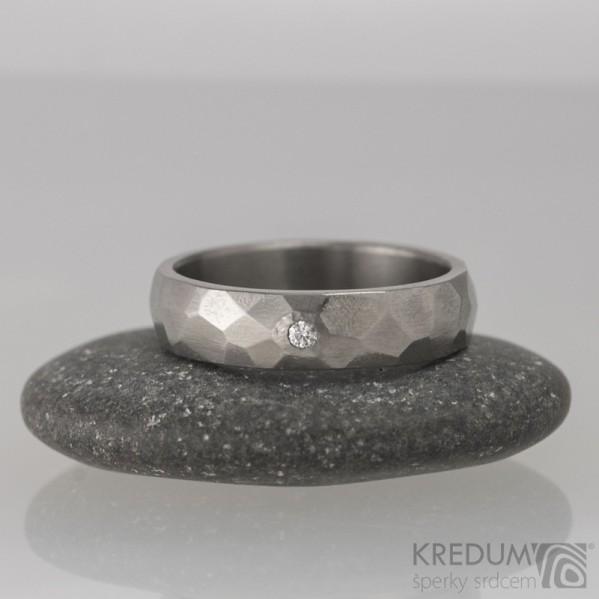 Prsten kovaný - Skalák titan a čirý diamant 1,7 mm