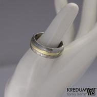 Snubní prsten damasteel a zlato - Duori yellow, struktura dřevo