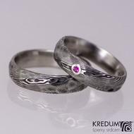 Natura a broušený rubín do stříbra - snubní prsten kovaná nerezová ocel damasteel