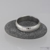 Damastell prsten Prima, velikost 54, šířka 4 mm, struktura dřevo, lept 75% světlý, profil A - půlčočka