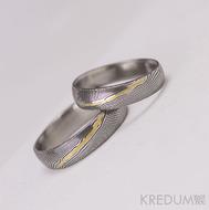 Snubní prsteny Golden line - damasteel dřevo, lept 75 tmavý, 1/3 zlaté linky