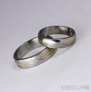 Snubní prsten Golden line - damasteel dřevo, lept 75 světlý, přerušená zlatá linka