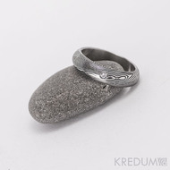 Kovaný snubní prsten, ocel damasteel - Prima + diamant 1,7 mm, struktura dřevo, lept 75% tmavý