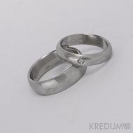 Kovaný nerezový snubní prsten, ocel damasteel - Prima + diamant 1,7 mm, struktura dřevo, lept 75% světlý