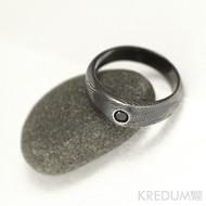 Kovaný prsten damasteel a černý diamant 2,70mm - Siona black, struktura dřevo, lept 75% tmavý