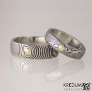 Snubní prsten kovaná nerezová ocel damasteel - PRIMA + zlatý suk do 3 mm - ilustrační pánský ve struktuře dřevo