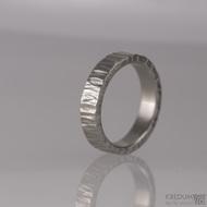 Kovaný nerezový snubní prsten - Wood - světlý