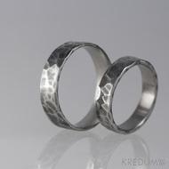 Kovaný nerezový snubní prsten - Draill tmavý - pravidelné okraje, matný