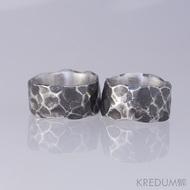 Kovaný nerezový snubní prsten - Draill tmavý - hodně nepravidelné okraje, matný