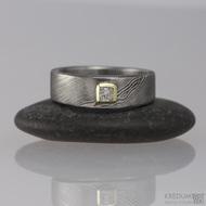 Snubní prsten damasteel - PRIMA + diamant princes 2,5 x 2,5 mm ve zlatě
