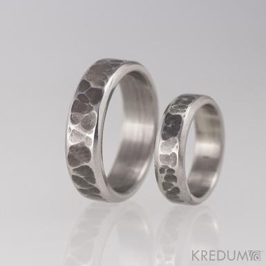 Kovaný nerezový snubní prsten - Draill line tmavý