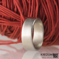 Kovaný nerezový snubní prsten - Klasik lesklý - profil C - prsten se vlivem odrazu jeví jako matný s lesklými hranami.
