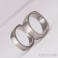 Kovaný nerezový snubní prsten - Kulatýčtvereček
