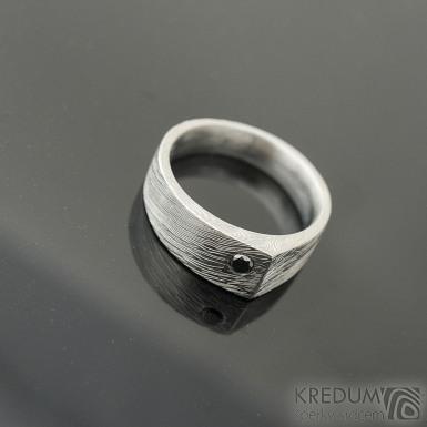 Cleans a černý diamant 2,7 mm - 53, š 7 mm do dlaně 4,5 mm, struktura voda, lept 75% - Kovaný a broušený damasteel prsten