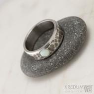 Draill line tmavý a kabošon opál - Kovaný nerezový snubní prsten, S1640