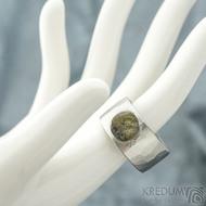 Draill matný a labradorit - velikost 64, šířka 12 mm, průměr kamene 8,5 mm, tloušťka 2,5 mm - Kovaný nerezový prten - sk1860