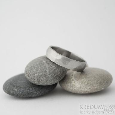 Draill matný - velikost 58, šířka 5,3 mm, tloušťka 1,4 - 1,6 mm, vnitřek rovný - Kované snubní prsteny z nerezové oceli - sk2220 (3)