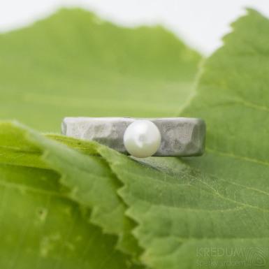 Draill s perlou - Kovaný prsten z nerezové oceli - velikost 49,5; šířka 5 mm; tloušťka 1,5 mm, bílá perla průměr 4,6 mm - produkt SK2697