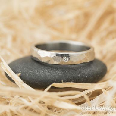 Draill světlý, lesklý a čirý diamant 1,5 mm, velikost 58, šířka 4 mm - Nerezový snubní prsteny